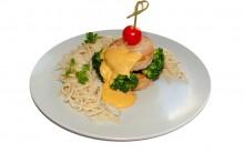 Котлеты куриные с яично-сливочной лапшой, брокколи и соусом чеддер